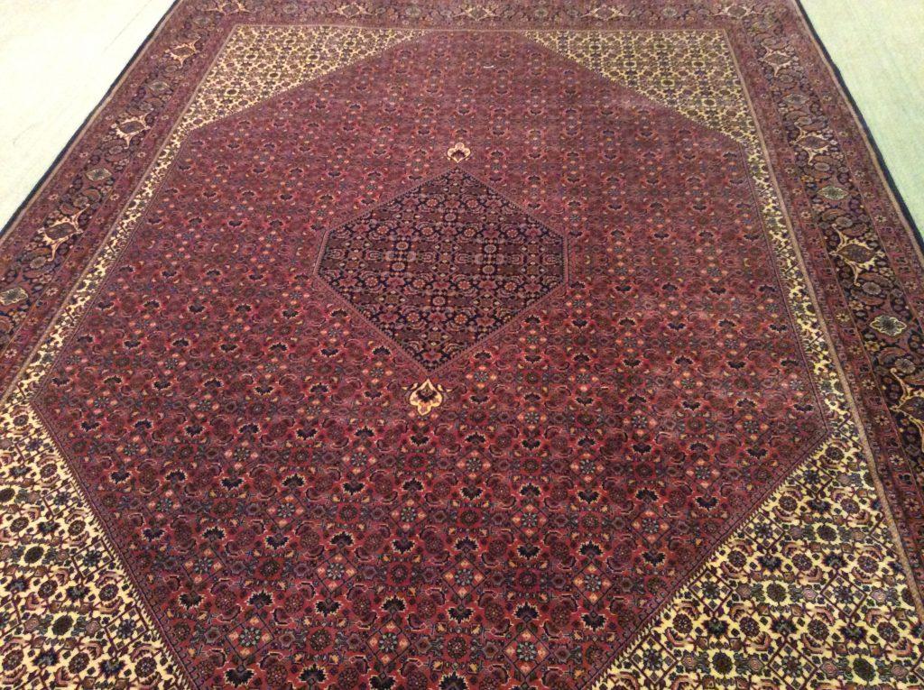 Typisches Muster eines Bidjar-Teppichs: die Rombe; Foto: Mahdokht Farhadian/1001nachthamburg.de